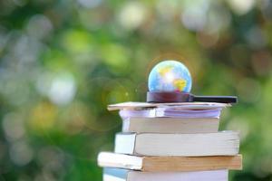 libri sulla tavola di legno foto