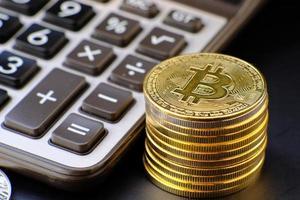 monete di criptovaluta sul tavolo e concetto di denaro in valuta digitale foto