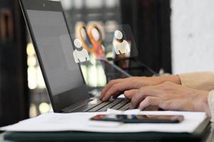 uomo che utilizza computer portatile e gestione dei dati digitali concetto foto