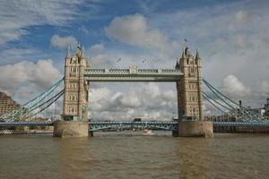 Tower Bridge nella città di Londra, questo iconico ponte è stato inaugurato nel 1894 ed è utilizzato da circa 40000 persone al giorno foto