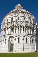 battistero presso la torre pendente di pisa in toscana italia foto