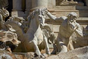 statua della fontana di trevi a roma italia foto
