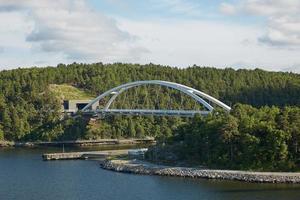 giornata luminosa e ponte nell'arcipelago di Stoccolma foto