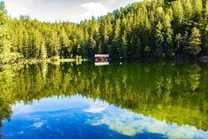 Lago Piburger nella valle otztal nelle alpi austriache del tirolo foto
