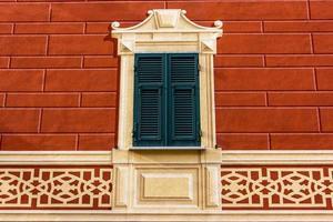 Finestra decorata in stile art nouveau a Sestri Levante, Genova, Liguria, Italia foto