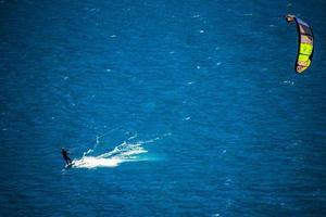 kitesurf al mattino presto sul lago di garda a limone sul garda, italia foto