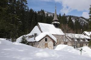chiesa con la neve nelle dolomiti foto