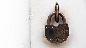 sfondo della porta con serratura in materiale metallico e copia spazio sul muro foto