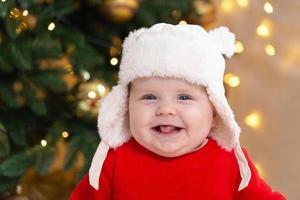 il bambino di Natale ride e mostra la lingua foto
