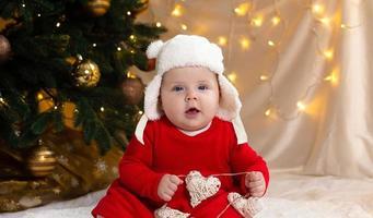 bambino di Natale guardando la telecamera foto