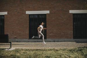 giovane coppia in esecuzione nell'ambiente urbano foto