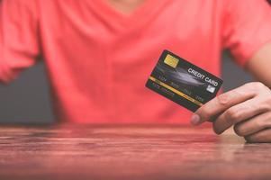 uomini d'affari in possesso di carte di credito foto