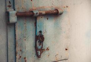 porta di metallo con bullone in stile sgangherato con copia spazio foto
