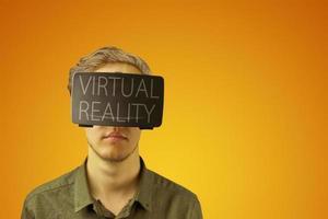 l'uomo utilizza vr con l'ispirazione della realtà virtuale foto