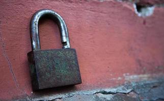 sfondo della porta con serratura in metallo con copia spazio sul muro foto
