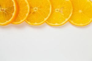raccolta di arancia isolato su sfondo bianco foto