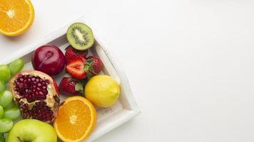 disposizione di frutta fresca sopra la vista foto