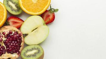 vista dall'alto di disposizione di frutta fresca foto