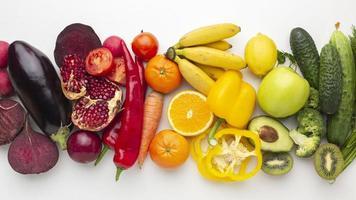 vista sopra la disposizione di frutta e verdura foto