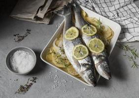 composizione di pesce crudo per cucinare foto