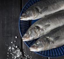 disposizione di pesce crudo per la cottura foto