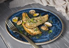 l'assortimento di piatti di pesce spigola foto