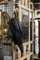 assortimento di oggetti del mercato dell'antiquariato foto