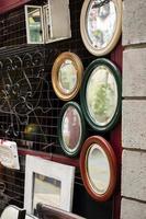 sistemazione di oggetti per mercatini d'antiquariato foto
