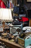la sistemazione degli oggetti del mercato antiquario foto