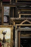composizione di oggetti del mercato dell'antiquariato foto