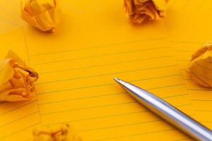 fogli arancioni di penna di carta e spazio vuoto per il testo foto