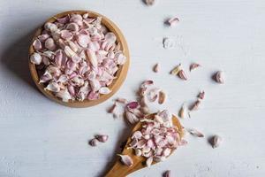 aglio sano spezie sul tavolo foto