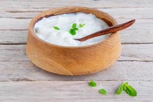 sano yogurt naturale su un tavolo di legno foto