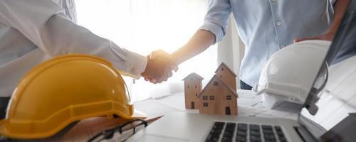 negoziazione di successo e stretta di mano di ingegnere e investitore o agente edile concordano e successo in appaltatore foto