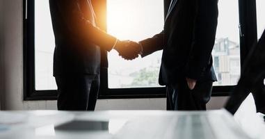 negoziazione di successo e stringere la mano dopo il successo nel firmare il contratto commerciale foto