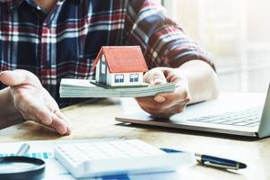 agente immobiliare mostra la forma del prestito per acquistare una casa foto