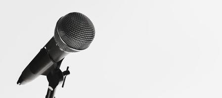 microfono isolato su sfondo bianco foto