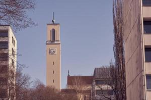 una torre dell'orologio della chiesa di martin a turku, finlandia foto
