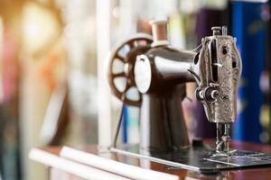 vecchia macchina da cucire e capo di abbigliamento foto