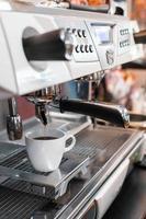 caffè nero su una caffettiera al mattino foto
