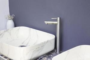 bagno con wc lavabo in marmo foto