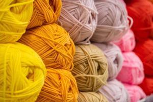la trama di fili di lana soffici multicolori per lavorare a maglia foto