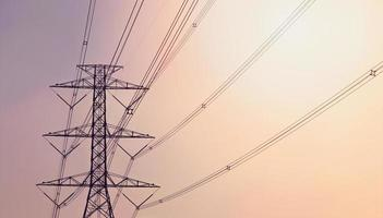 pilone di elettricità sullo sfondo viola e arancione foto