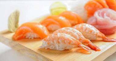 il cibo giapponese consiste in sushi di riso, salmone, melanzane per il pasto foto