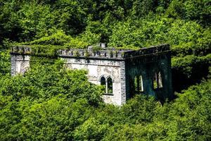 Vecchia centrale elettrica vicino al lago di Ledro a Trento, Italia foto