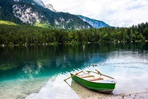 barca a remi sulla spiaggia foto