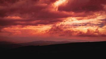 panorama delle montagne carpatiche di verdi colline in montagna estiva foto