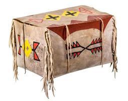 scatola di cuoio grezzo verniciato indiano con corde di cuoio isolate su bianco foto