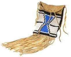 borsa degli indiani nordamericani realizzata in pelle di daino ricamata con perline di vetro colorate e corde di cuoio foto