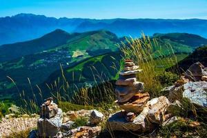 Cairn presso il sentiero intorno al monte altissimo vicino al lago di garda, trento, italia foto